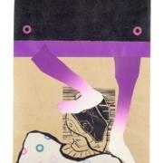 weibliche Figur in weißer Bluse mit Punkten wird von violetten Beinen getreten