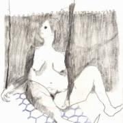 nackte Frau sitzend vor grauem Vorhang