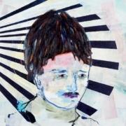 Büste junger Mann mit dunkler Pelzmütze, Hintergrund dunkelblaue Steifen im Halbrund
