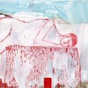 liegende Figur auf einem Hocker, rote und weiße Farbe